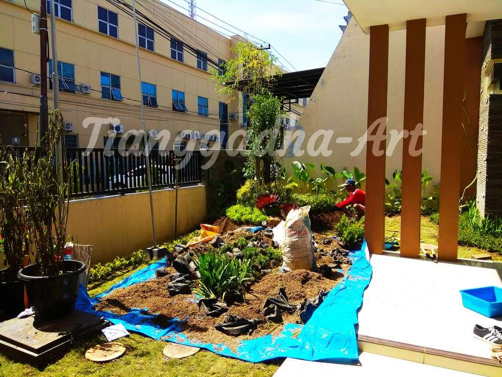 Proses penanaman bunga dan pohon:  Kantor & toko by Tukang Taman Surabaya - Tianggadha-art