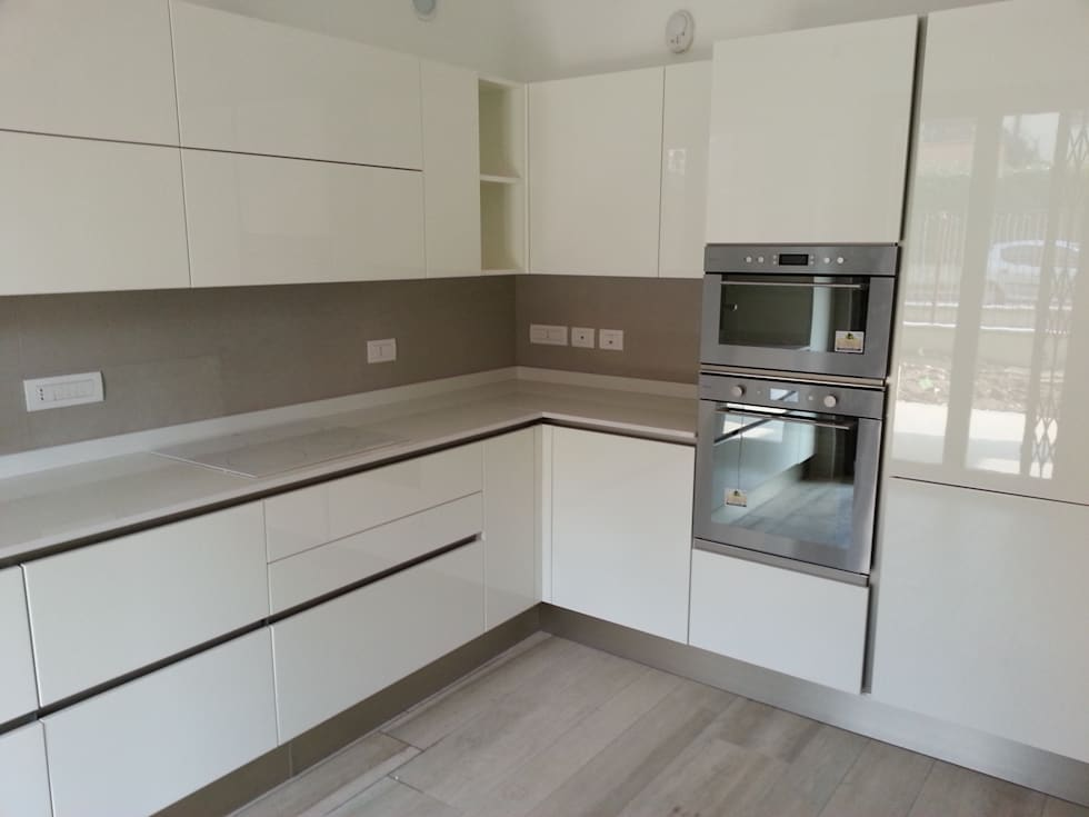 Progetto cucina bianca laccata lucida: cucina attrezzata in stile di ...