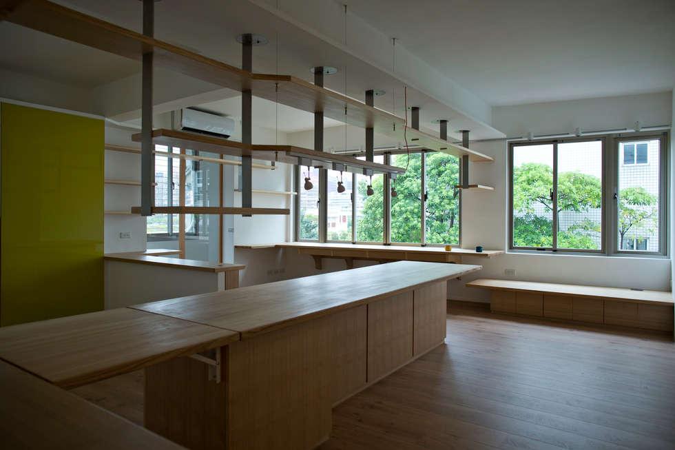 另一面看餐桌:  餐廳 by 王采元工作室