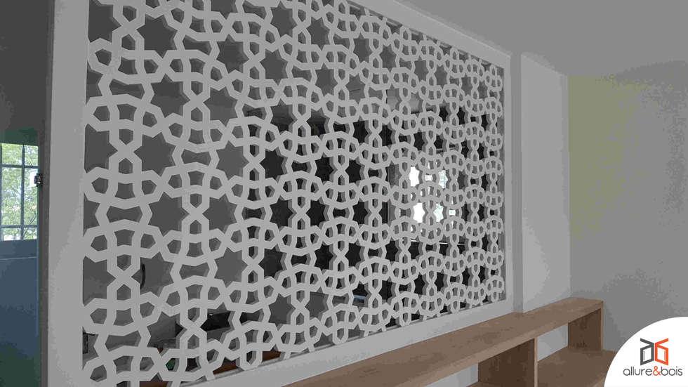 Claustra séparant chambre d'une salle de bain: Chambre de style de style Classique par Allure et Bois