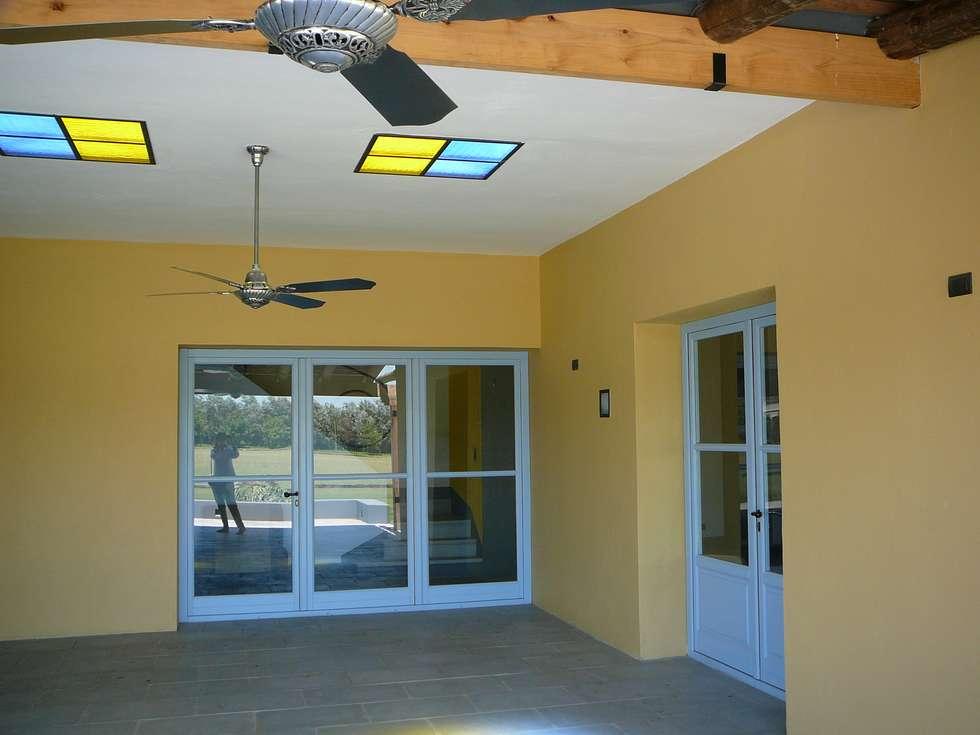 Galería estilo outdoor room.: Puertas de madera de estilo  por Estudio Dillon Terzaghi Arquitectura