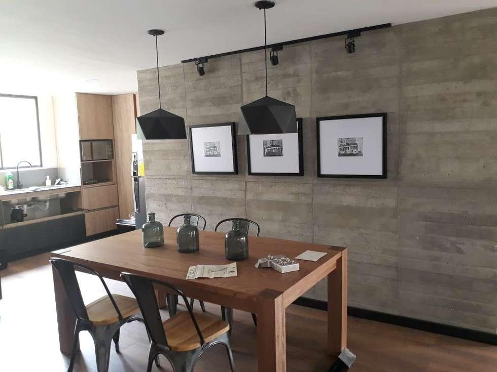 comedor con lampara decorativa y muro : Comedores de estilo moderno por Cosmoservicios SAS