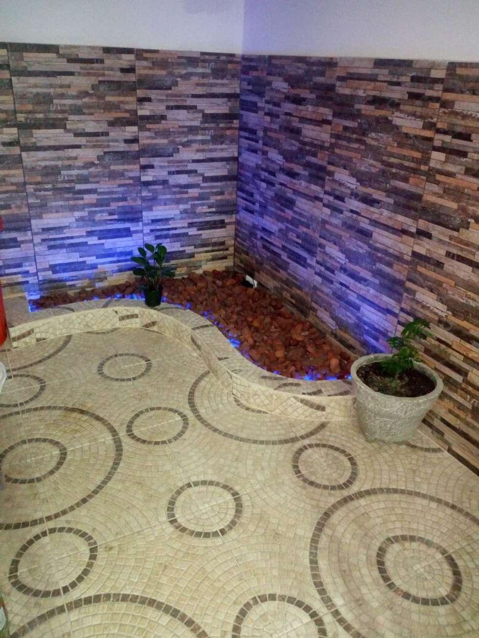 jardinera con luces indirectas : Jardines de piedra de estilo  por Cosmoservicios SAS
