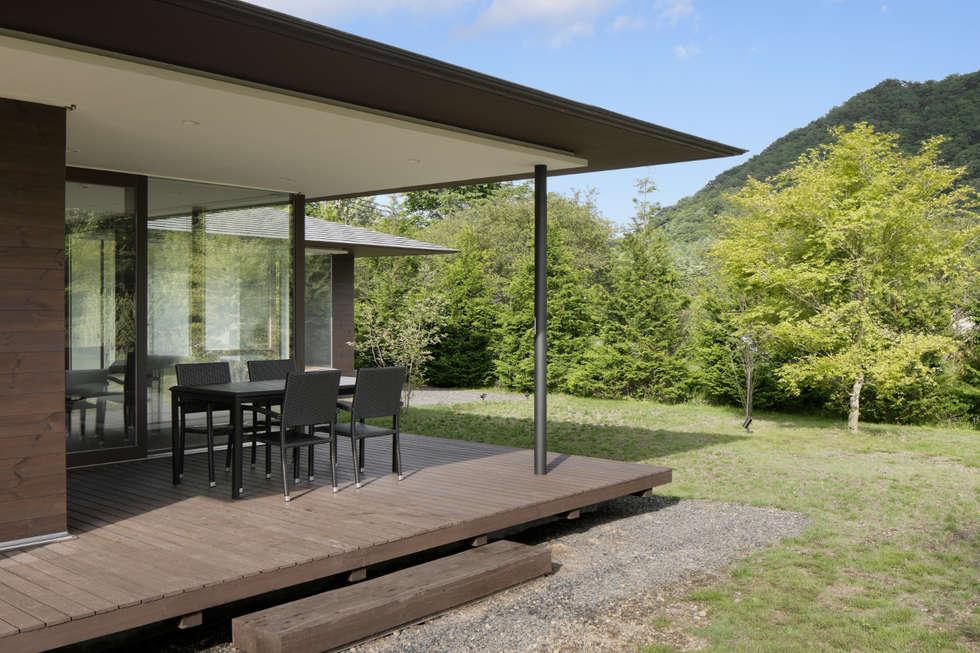 049つどいの杜 in 軽井沢: atelier137 ARCHITECTURAL DESIGN OFFICEが手掛けたベランダです。