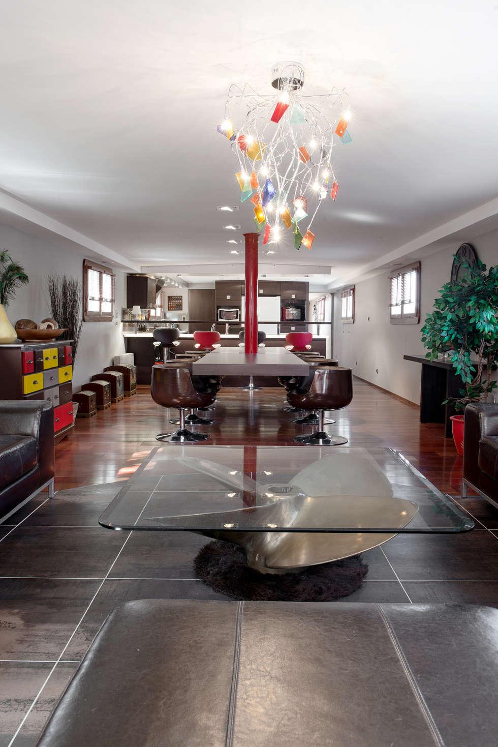 Vue d'ensemble: Salon de style de style Moderne par réHome
