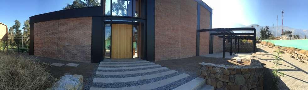 Vista de acceso: Casas de estilo industrial por MAC SPA