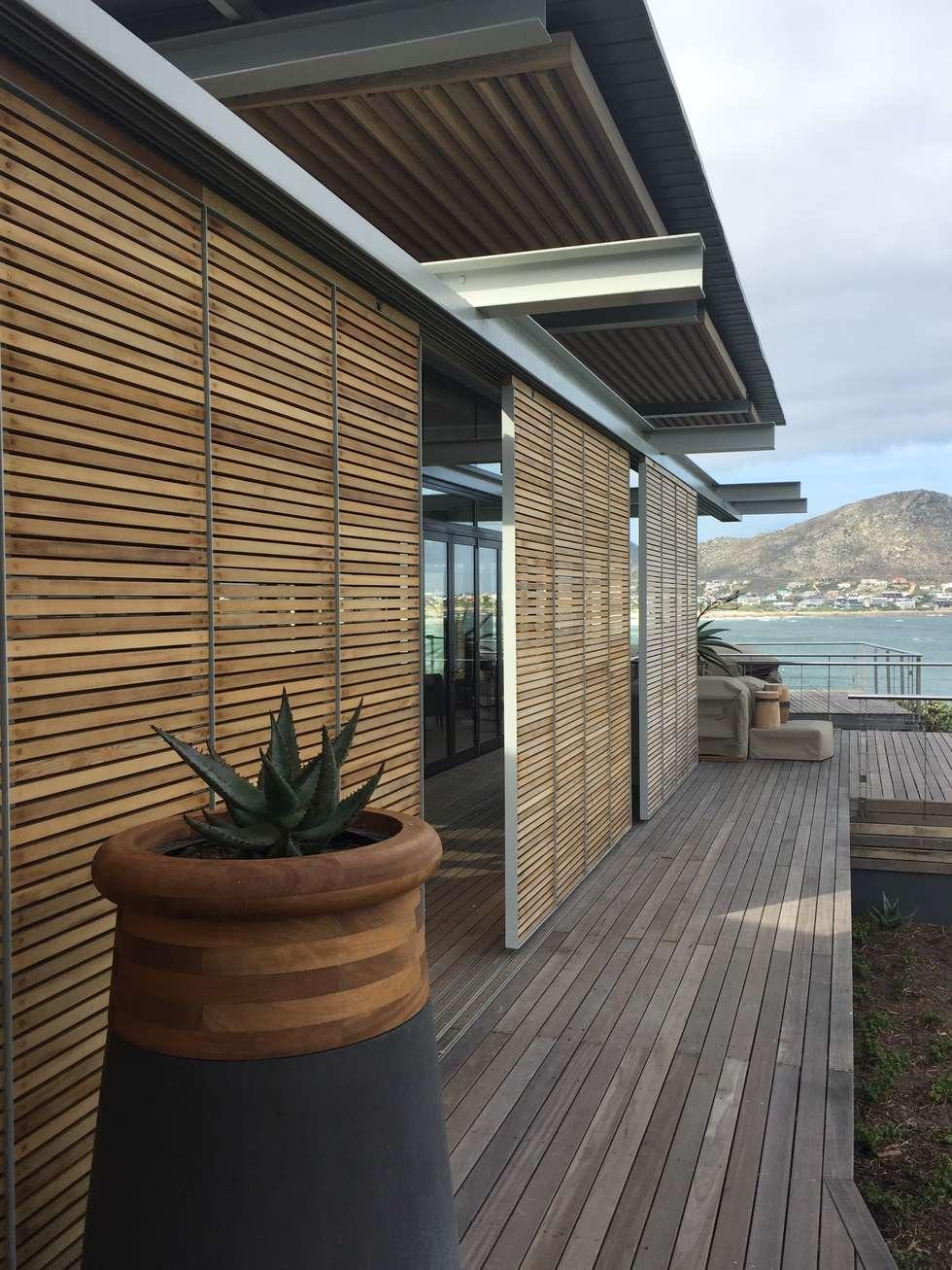 Timber Deck & Screens:  Single family home by Van der Merwe Miszewski Architects