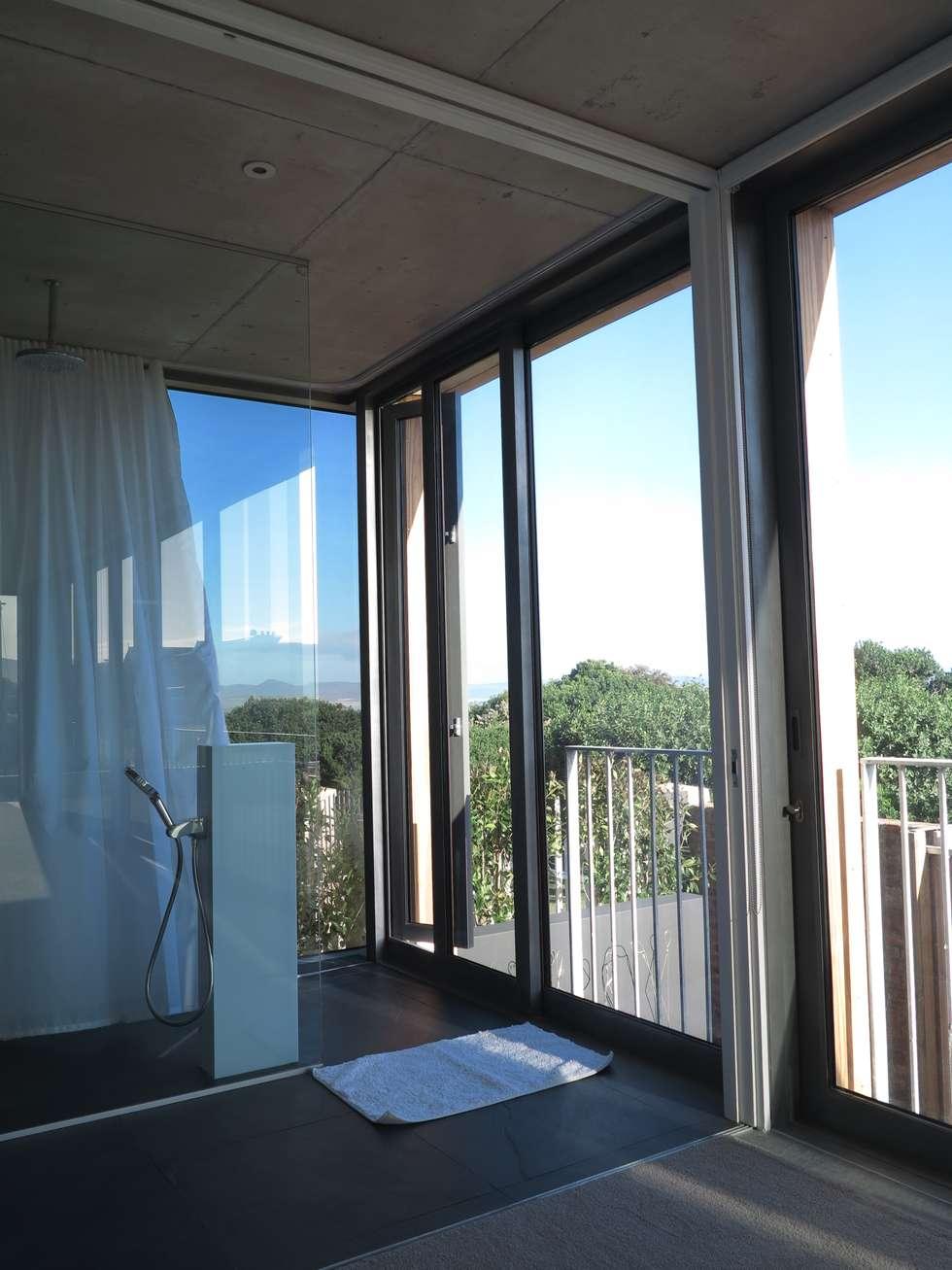 Main En-Suite Shower: modern Bathroom by Van der Merwe Miszewski Architects