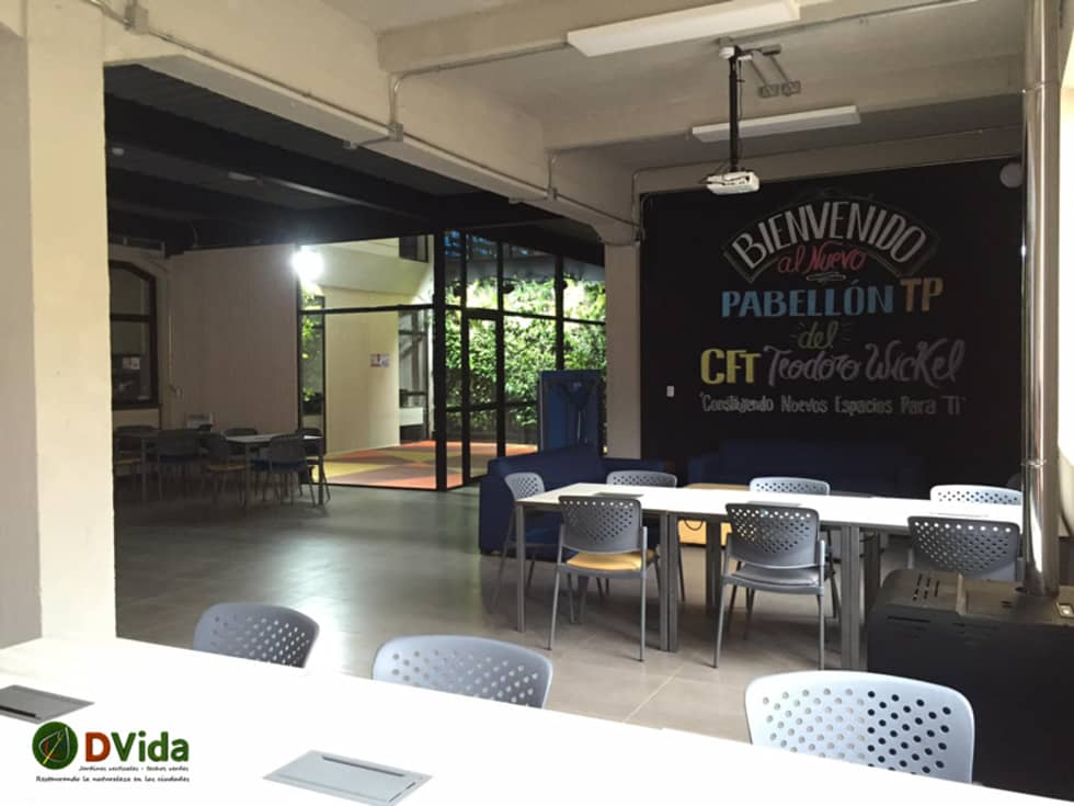 Muros verdes en centros educacionales: Estudios y biblioteca de estilo  por DVida Jardines verticales