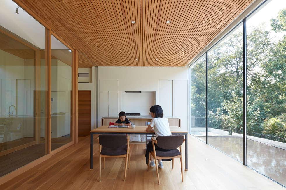 豊能郡の家:ダイニング&キッチン: 藤原・室 建築設計事務所が手掛けたダイニングです。