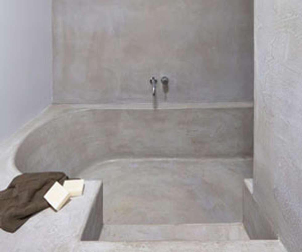 Betonstuc badkamer met verzonken bad: industriële badkamer door ...