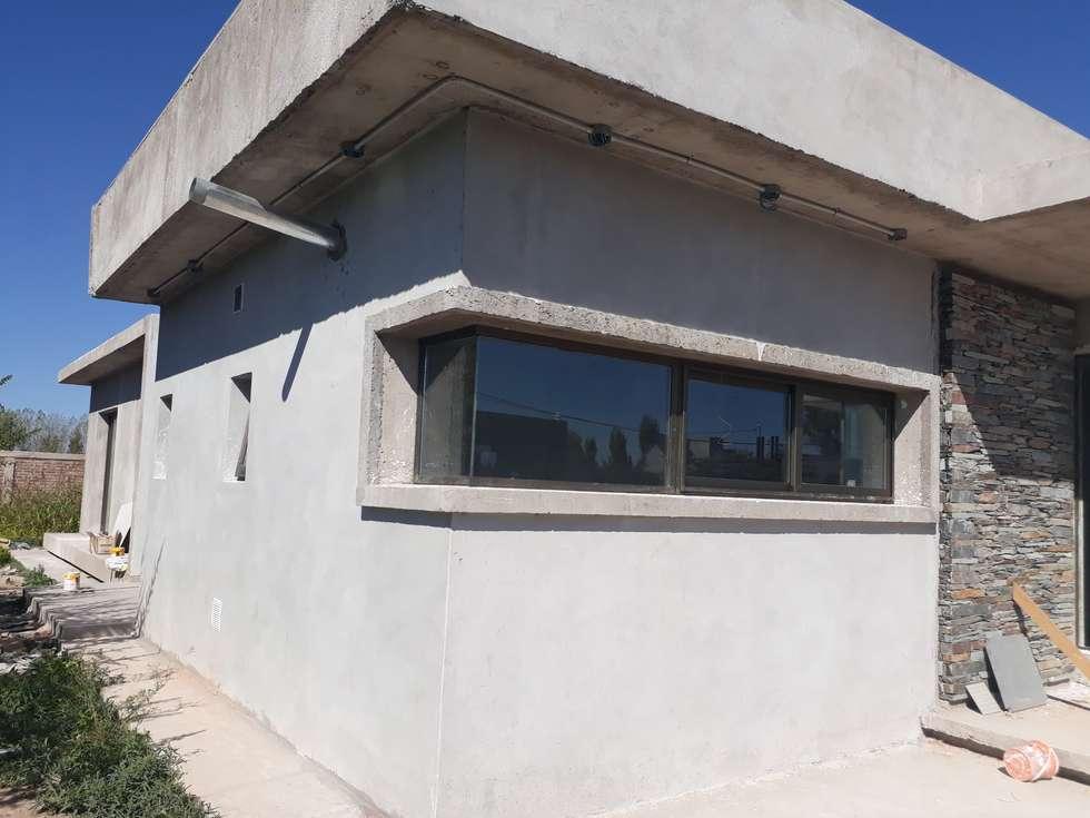 CARPINTERIA DE ALUMINIO MEDIA Y ALTA PRESTACION CON DVH: Ventanas de PVC de estilo  por M.i. arquitectura & construcción