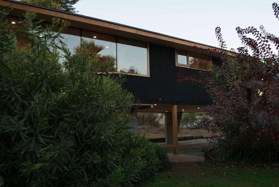 Fachada de zinc microondulado: Casas de estilo moderno por PhilippeGameArquitectos