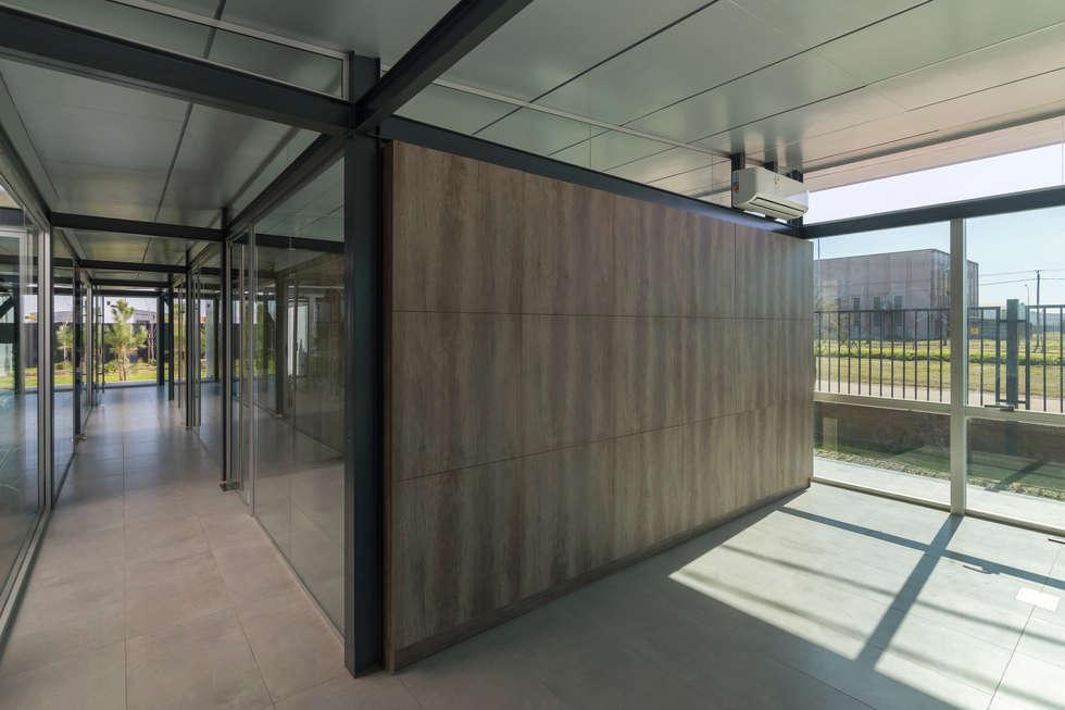 OFICINAS INDUSTRIALIZADAS - Autores: Estudio Mauricio Morra Arquitectos: Oficinas y Tiendas de estilo  por Mauricio Morra Arquitectos
