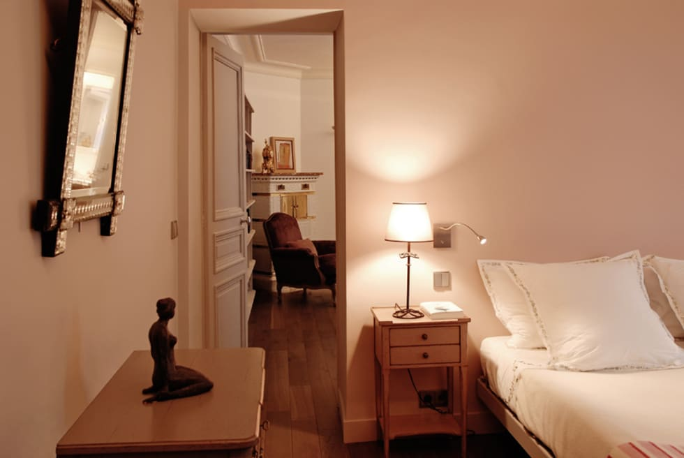 Place de Clichy: Chambre de style de style Moderne par Atelier Sylvie Cahen