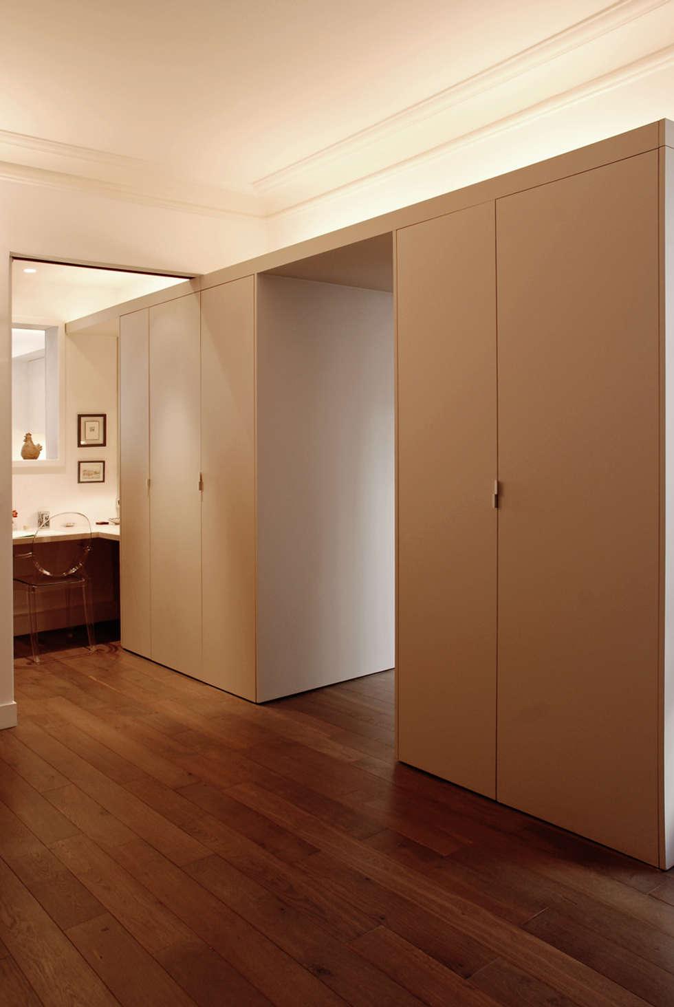 Place de Clichy: Couloir et hall d'entrée de style  par Atelier Sylvie Cahen