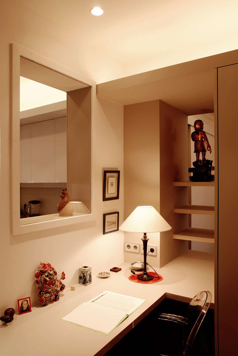 Place de Clichy: Bureau de style de style Moderne par Atelier Sylvie Cahen