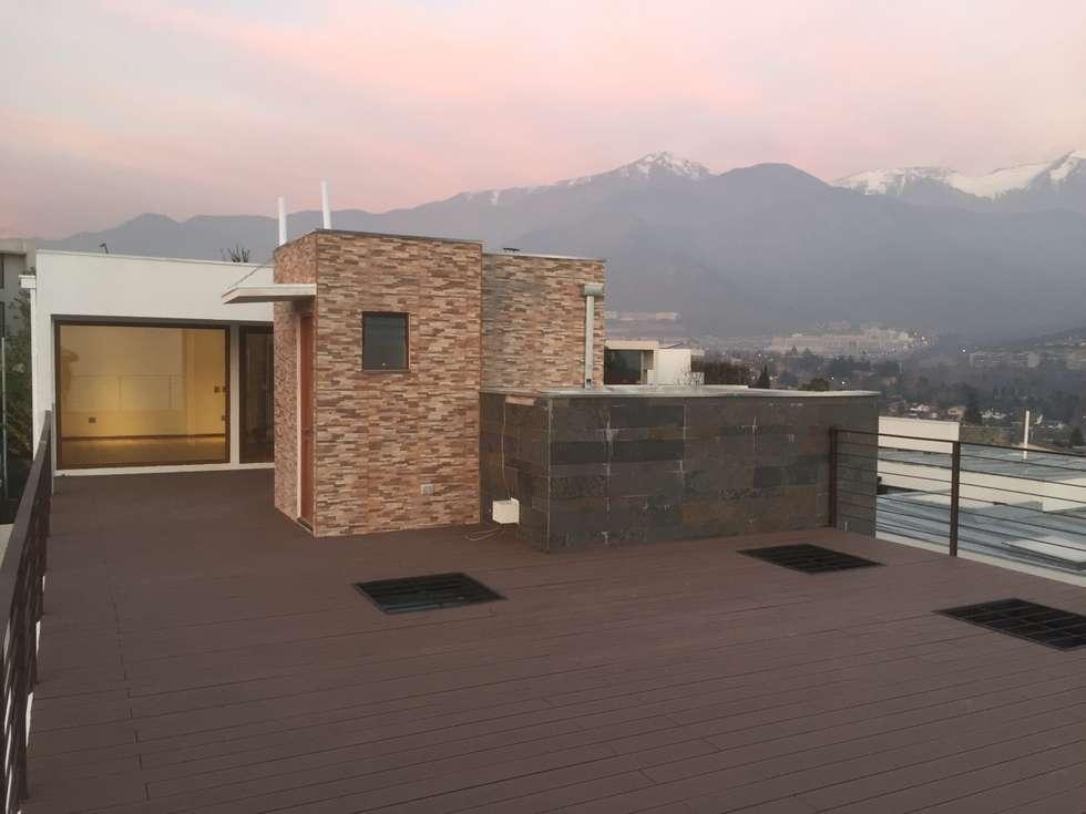 TERRAZA CON QUINCHO CON VISTA  A LA CORDILLERA: Terrazas  de estilo  por Arqsol