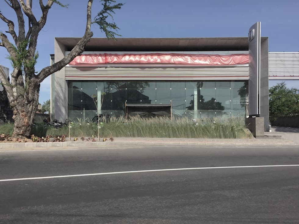 Tampak depan:  Dealer mobil by studio moyn