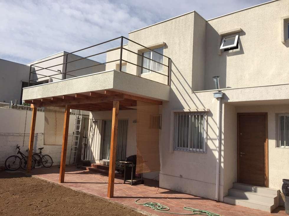 terraza cubierta por balcón de segundo piso: Casas de estilo moderno por Arqsol