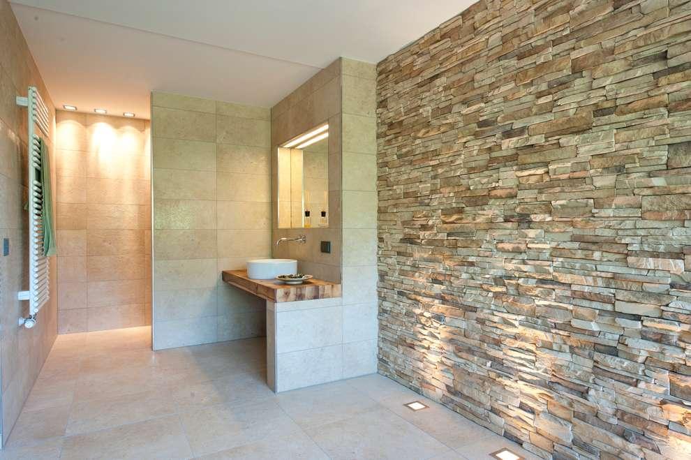 10 ideas con piedra que har n que tu ba o se vea moderno y for Revestimiento de piedra para banos