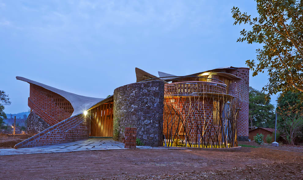 Brick House, Wada: tropical Houses by iSTUDIO Architecture