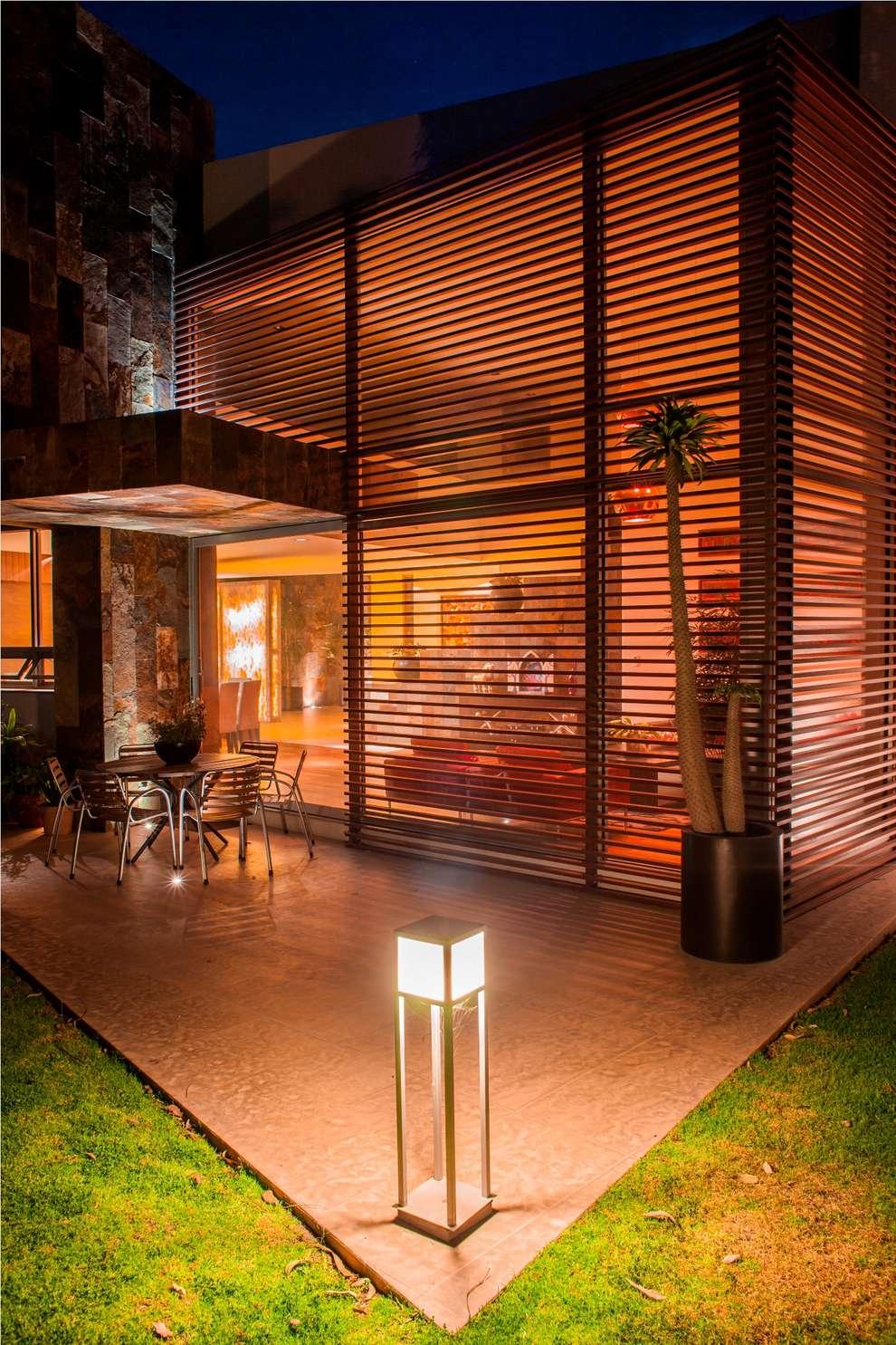 modern Houses by GRUPO VOLTA