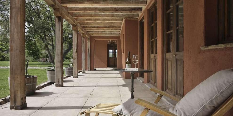 Chalet Atamisque: Pasillos y recibidores de estilo  por Bórmida & Yanzón arquitectos