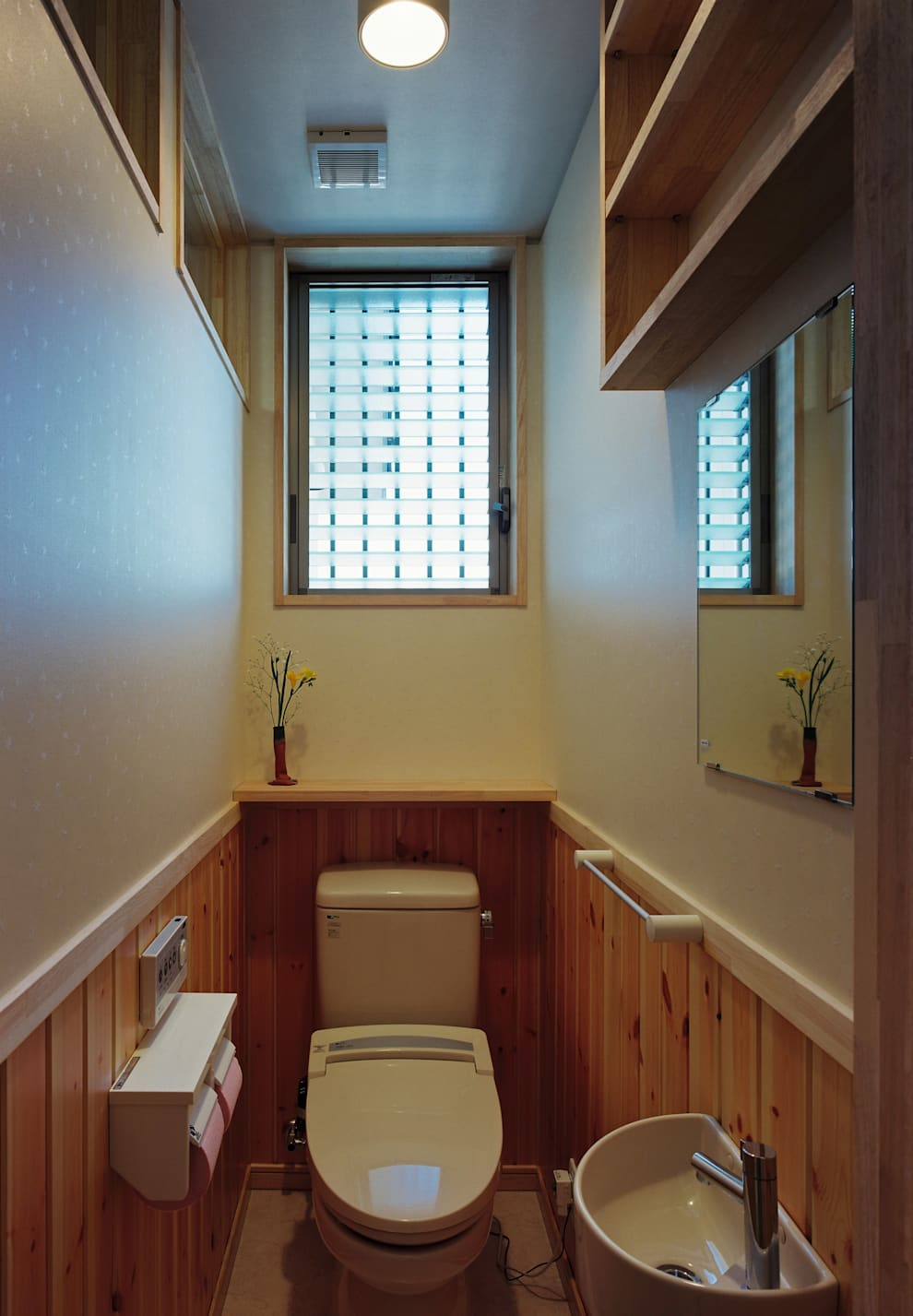 Una casa semplice e minimal - Bagno senza finestra odori ...