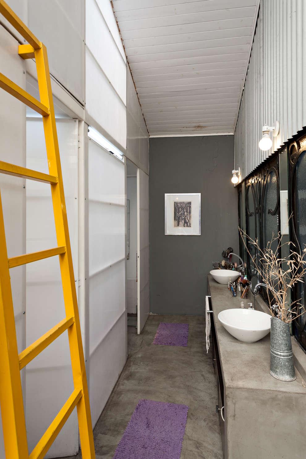 Galpón Lola: Baños de estilo industrial por Pop Arq