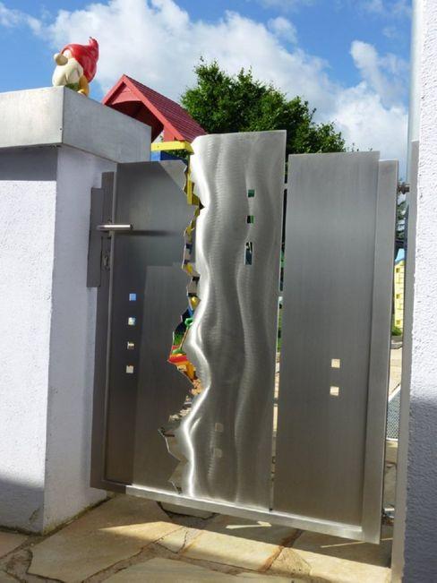 Modern Stainless Steel Gates Edelstahl Atelier Crouse: 庭院