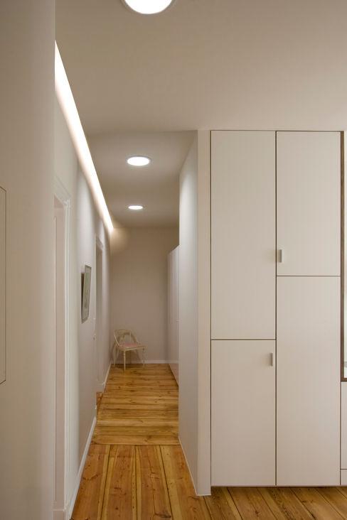 Nickel Architekten Modern corridor, hallway & stairs
