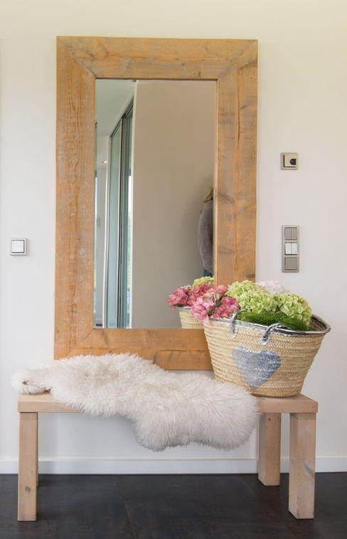Bank Luna Homestaging Moderner Flur, Diele & Treppenhaus