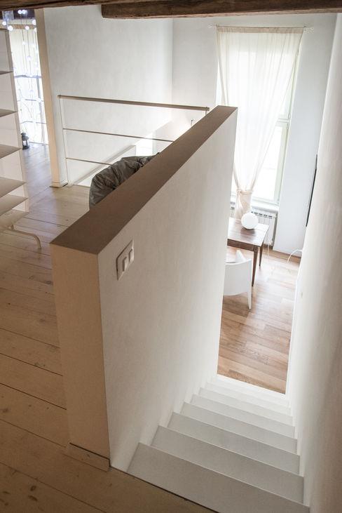 con3studio Staircase, Corridor and Hallway