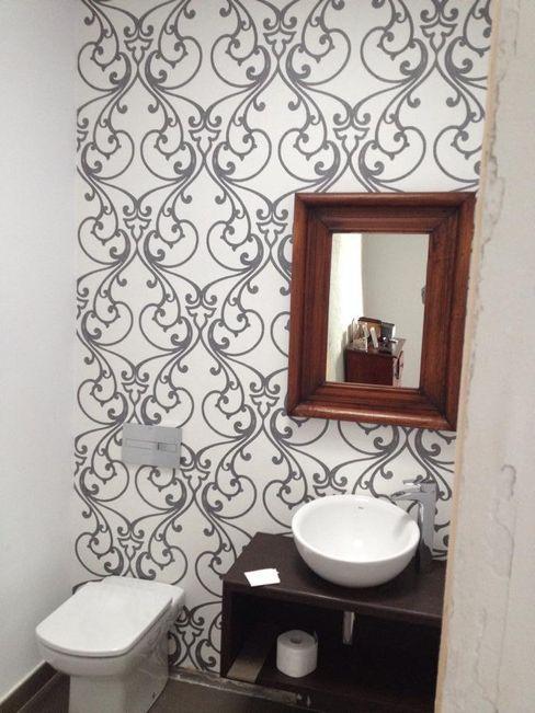 reforma de aseo con papel vinílico SERRANOS Studio Baños de estilo moderno