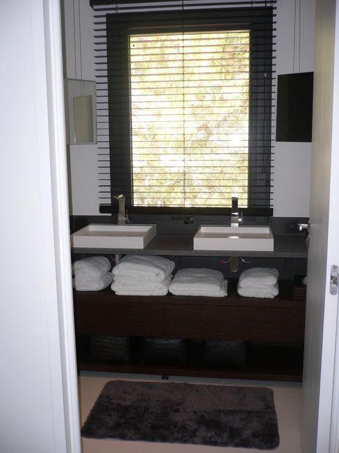 Villa pied dans l'eau Véronique Desmit Salle de bain moderne