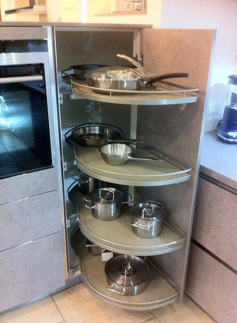 Showroom 4 Seasons Kitchens CocinaAlmacenamiento y despensa