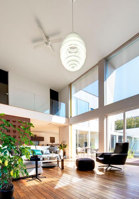 光と風に満ちたリビング TERAJIMA ARCHITECTS/テラジマアーキテクツ モダンデザインの リビング