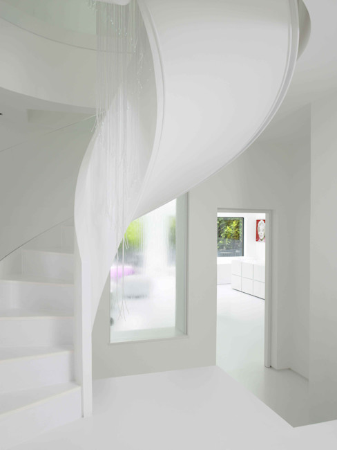 Ice White House-Luxury home Quirke McNamara Ingresso, Corridoio & Scale in stile minimalista