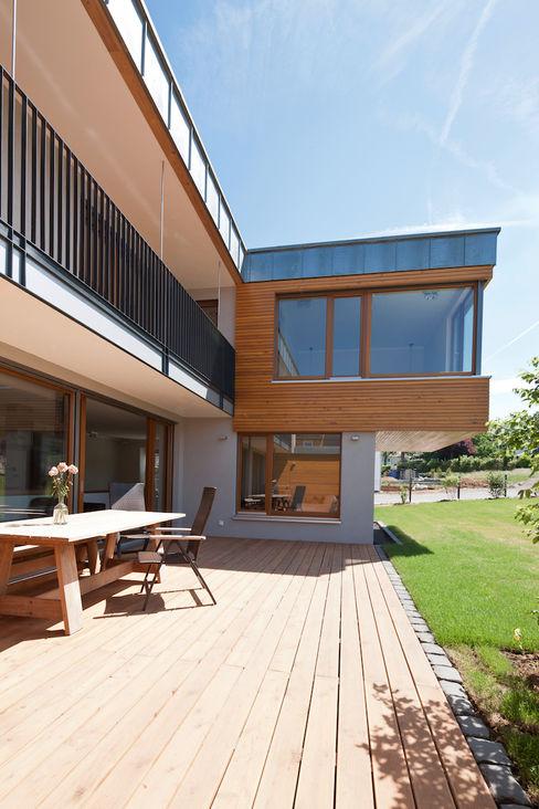 Patio mit Übergang Innen- zu Außenraum in_design architektur Moderner Balkon, Veranda & Terrasse