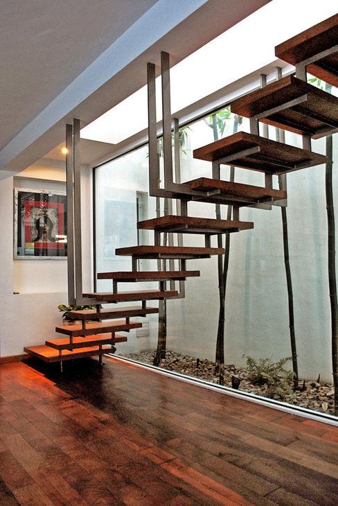 CORTéS Arquitectos Modern corridor, hallway & stairs