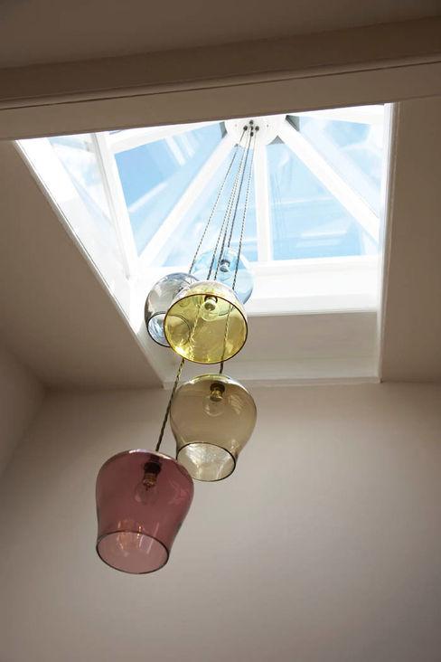 Bespoke glass chandelier suspended from a central skylight Concept Interior Design & Decoration Ltd Ingresso, Corridoio & ScaleIlluminazione
