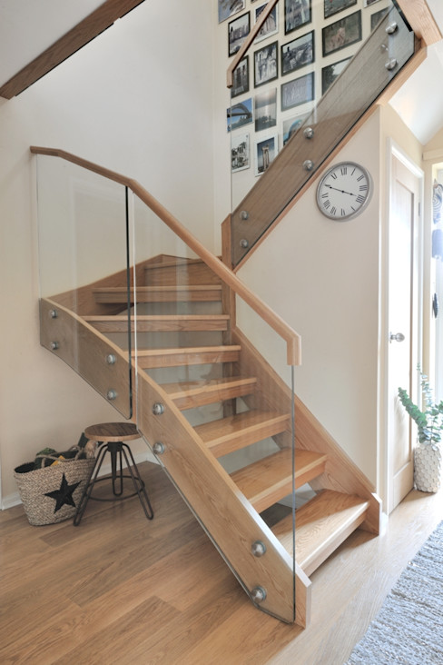 THE LEWINGTON FAMILY Jarrods Bespoke Staircases Modern Corridor, Hallway and Staircase