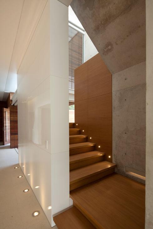 Hernandez Silva Arquitectos Modern corridor, hallway & stairs