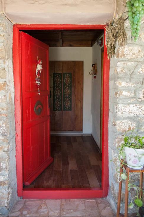 ARAL TATİLÇİFTLİĞİ Puertas y ventanas de estilo rural