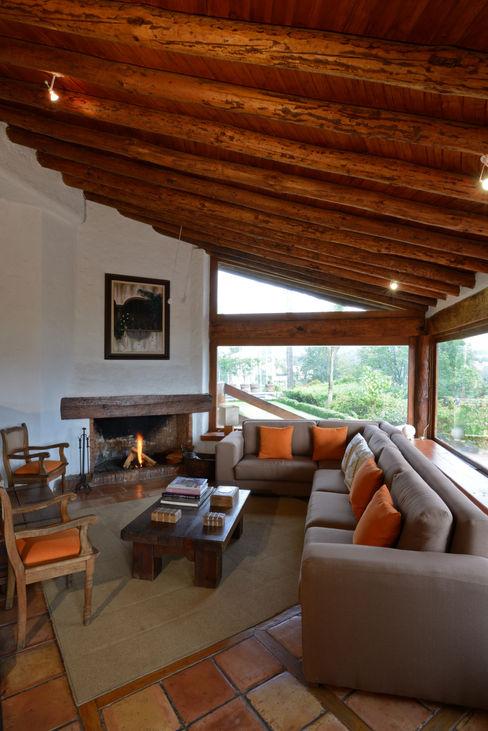 Casa La Teja LOGUER Design Balcones y terrazas rústicos