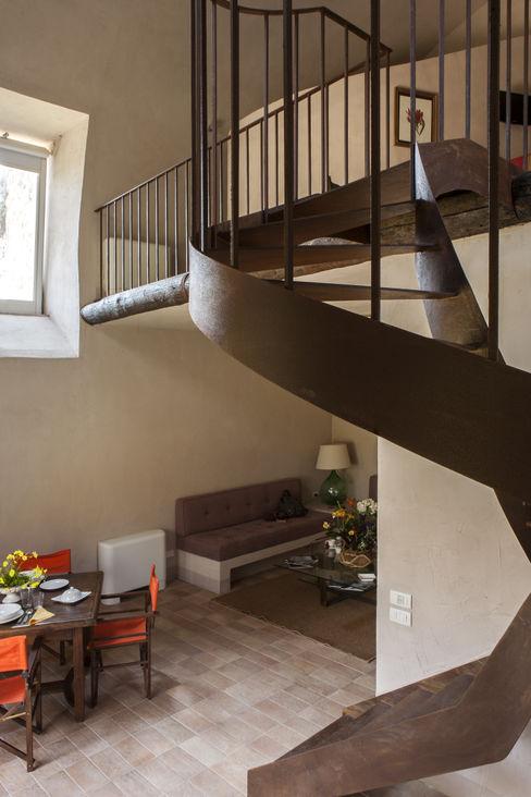 Lo studio di Giuliana Morelli Mediterranean style corridor, hallway and stairs