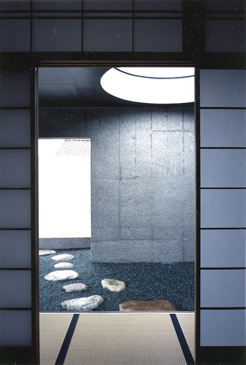 露地の様子 JWA,Jun Watanabe & Associates モダンデザインの 多目的室