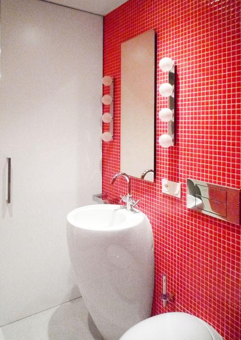 Red Bathroom - Loft Barcelona | 08023 Arquitectos homify Baños de estilo minimalista