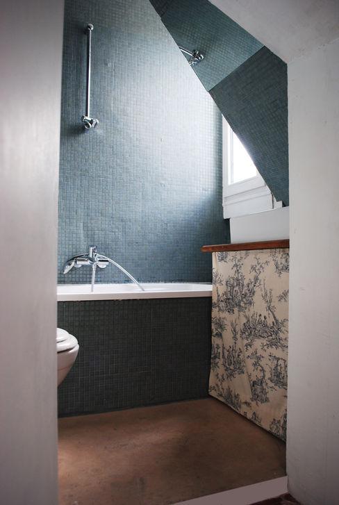 APARTMENT IN PARIS Atelier UOA Baños de estilo moderno